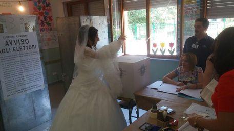 Calabria | Si reca alle urne subito dopo il sì, neo sposa vota in abito bianco tra lo stupore generale