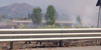 Scalea (Cs) | Incendio nei pressi dell'accampamento nomadi, bruciano copertoni: aria cupa e irrespirabile