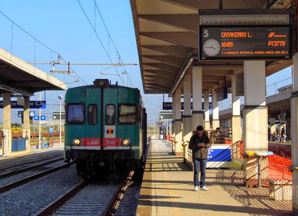Treni fermi per lavori sulla tratta Catanzaro-Catanzaro Lido, ma mancano i servizi sostitutivi: la denuncia del Codacons