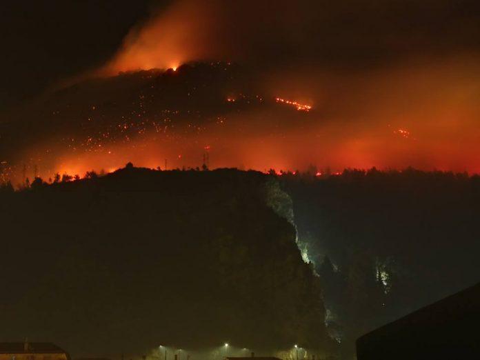 Notte drammatica a Praia a Mare, incendiato il Vingiolo: case e santuario inghiottiti dalle fiamme