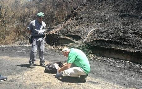 Incendio in ex discarica, sequestrata Indagine su gestione pre e post dismissione e analisi Arpacal