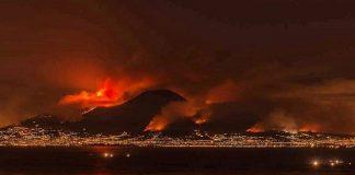 Inferno di fuoco sul Vesuvio, la foto impressionante del fumo a forma di teschio - GUARDA
