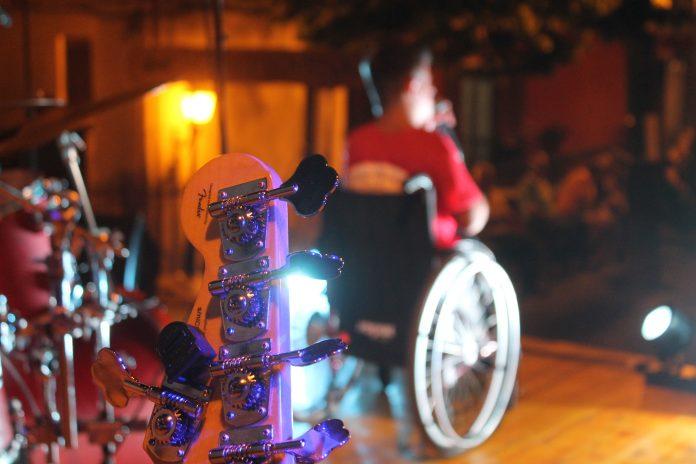 La disabilità, le pacche sulle spalle e le occasioni perse: meno male che c'è la musica