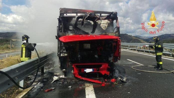 Tir prende fuoco sulla SS 280, autista riesce a mettersi in salvo