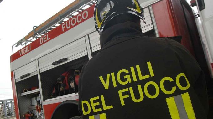 Incidente a Crotone, automobilista estratto dalle lamiere inzuppato di gasolio