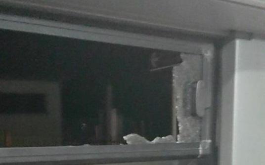Tiro al bersaglio con mattoni contro un bus, ragazzo ferito a Catanzaro