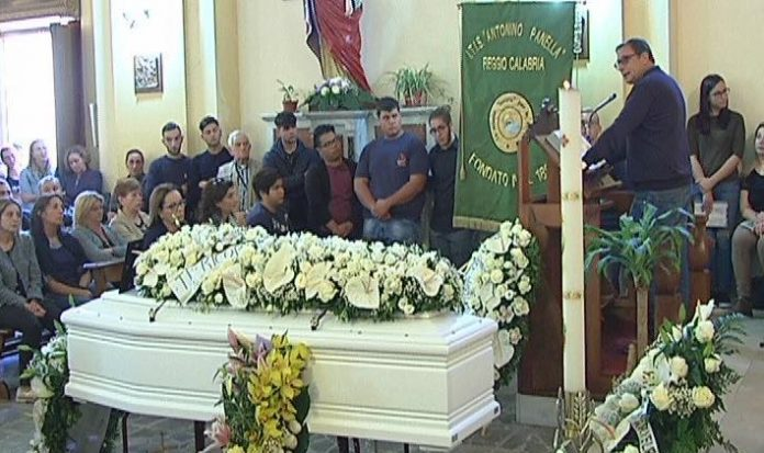Reggio, morto misteriosamente in ospedale: ieri i funerali del 17enne Domenico Ambrogio