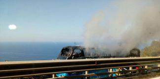 Pullman in fiamme sull'autostrada A2: passeggeri riescono a mettersi in salvo