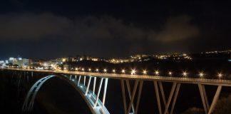 Catanzaro: sta per buttarsi dal ponte, carabinieri lo salvano con una catena umana