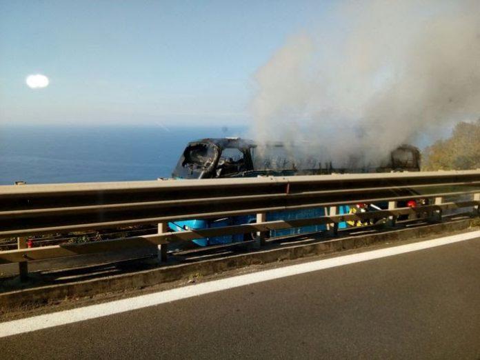 Fgc Calabria: «Autobus in fiamme sull'A2, basta speculare su pelle di utenti e autisti»