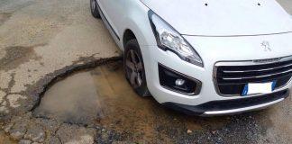 Scalea, la disavventura di una donna rimasta incastrata con la sua auto in una buca