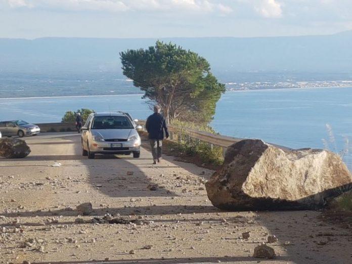 Calabria, caduta massi su strada provinciale: tragedia sfiorata
