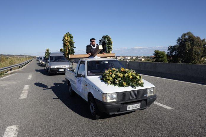 Calabria, singolare protesta sulla ss 106: carri funebri in marcia