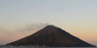 Stromboli, il vulcano trema ancora, Ingv: «Sequenza esplosiva per tre minuti»