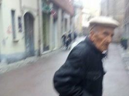 Aiutateci: chi è l'uomo nella foto che dice di essere calabrese e abbandonato?