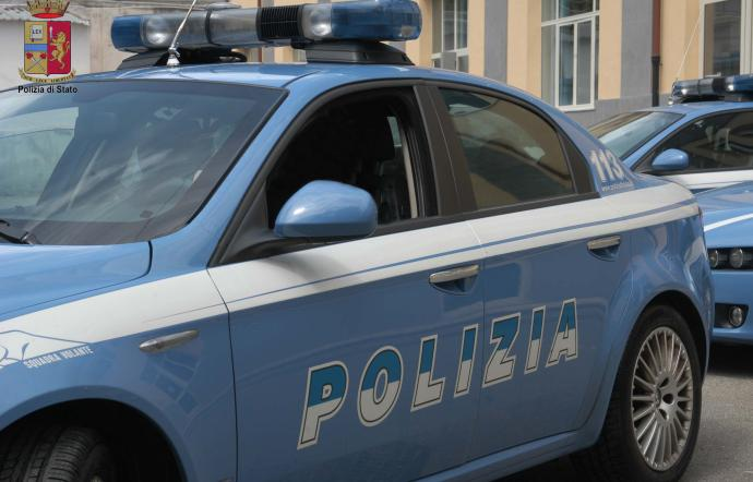 Denaro in cambio di permessi di soggiorno, tra i poliziotti arrestati anche un calabrese