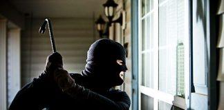 Paola, sorpreso a rubare, scaglia televisore contro carabinieri: arrestato 40enne di Cosenza