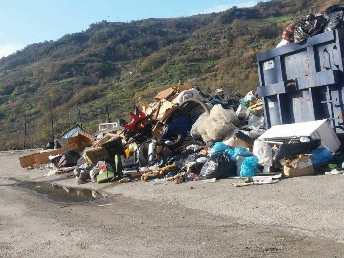 [FOTO] Verbicaro, denunce inutili: quintali di rifiuti lasciati incustoditi a terra