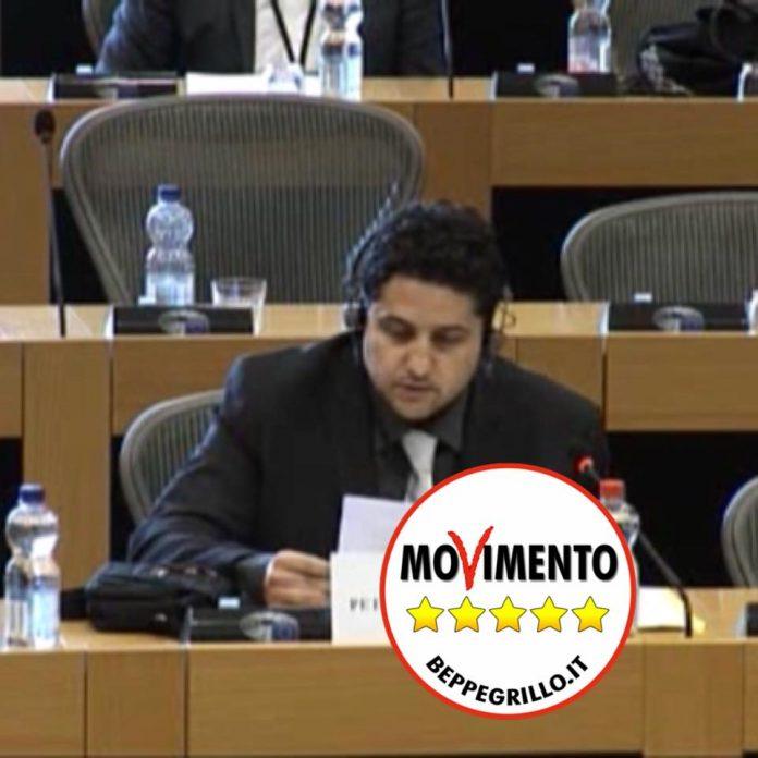 Niente governo M5s-Lega, consigliere comunale di Scalea straccia la tessera elettorale in diretta facebook