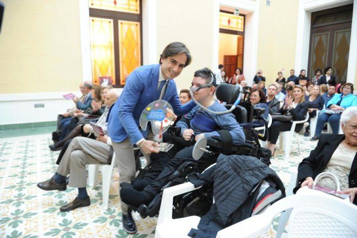 Premiato a Reggio Calabria Daniele Chiovaro, il giovane in carrozzina che dipinge con la bocca