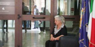 Omicidio Matteo Vinci, madre protesta con calci e pugni agli uffici della Prefettura