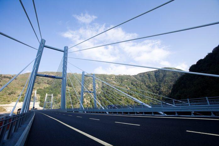 Autostrada A2, «una vera odissea per gli automobilisti»: code, restringimenti e cantieri aperti