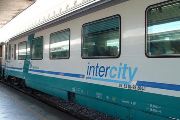 Ostaggi sul treno Roma-Reggio Calabria: «Inaccettabile impiegare oltre 12 ore per 500 km»