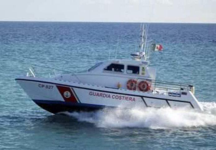 Cirò: catamarano si rovescia, diportisti salvati da pescatori e Guardia costiera