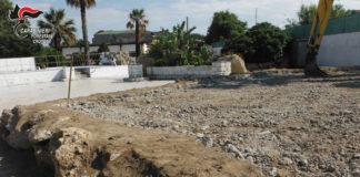 Crotone, demoliti manufatti abusivi a Capocolonna