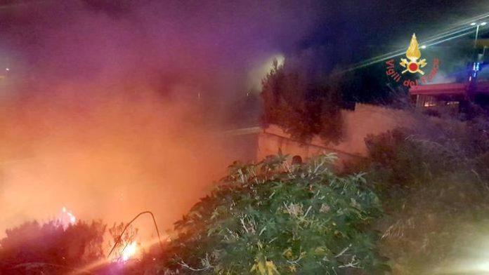 Catanzaro, rogo minaccia abitazioni: sul posto quattro mezzi dei vigili del fuoco