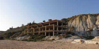 Spiagge calabresi: viaggio tra cementificazione selvaggia e monumenti alla stupidità