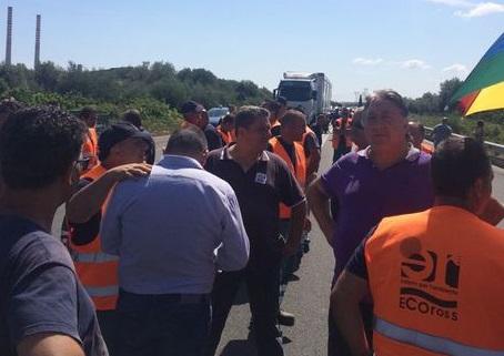 Aspettano due mensilità, 150 dipendenti della Ecoross bloccano la statale 106