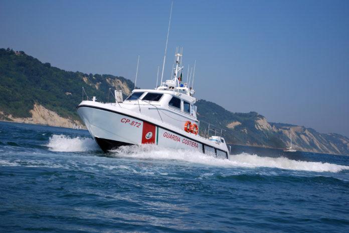 Crotone, 16enne trascinato al largo salvato da motovedetta Guardia costiera