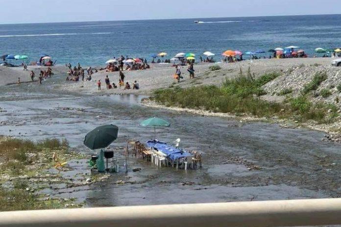 Tra Scalea e Santa Maria del Cedro turisti improvvisano una 'banchettata' nel fiume