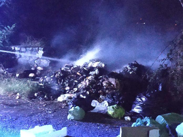 Praia a Mare, cumuli di immondizia in fiamme nei pressi dell'ex Lini e Lane