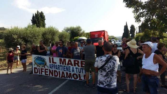 Bloccata la statale 18, protesta per mare sporco e potabilità dell'acqua