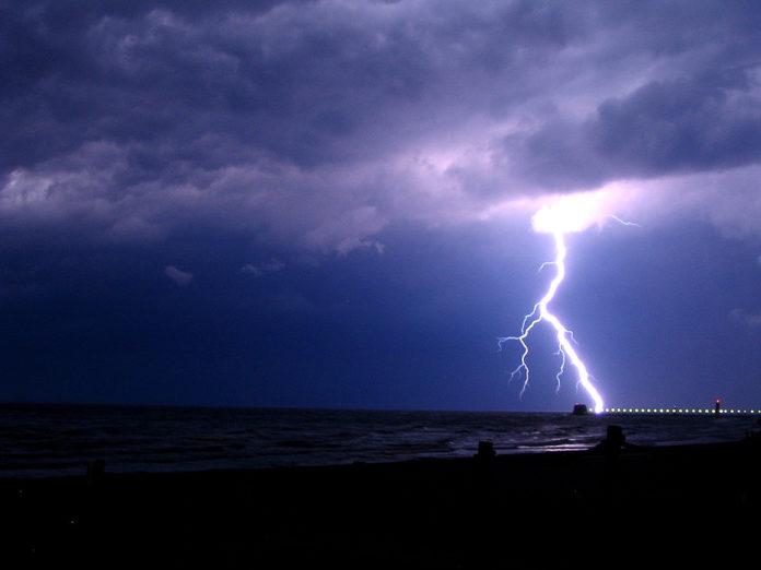 Paola, due persone colpite da un fulmine in riva al mare: una è in gravi condizioni