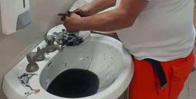 Pulisce del pesce sul posto di lavoro: scoppia il caso all'ospedale di Praia a Mare