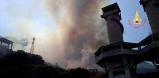 Stalettì, vasto incendio lambisce villaggio e stabilimento balneare