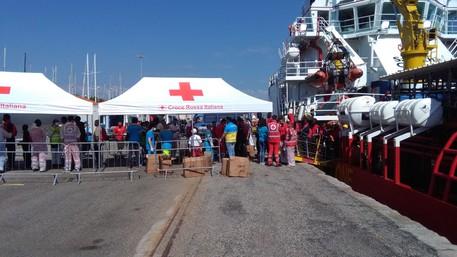 Calabria   Altro giorno, altro sbarco: a Crotone arrivano altri 507 migranti soccorsi in mare