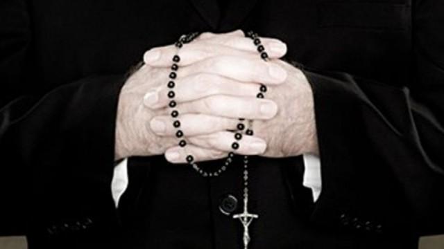 Fu condannato per atti di libidine su alunne 12enni, la chiesa intitola un oratorio in sua memoria