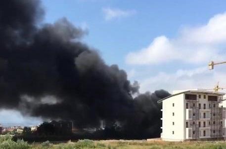 Lamezia (Cz) | In prossimità dell'ospedale bruciano eternit e pneumatici, allarme per cittadini e ambiente