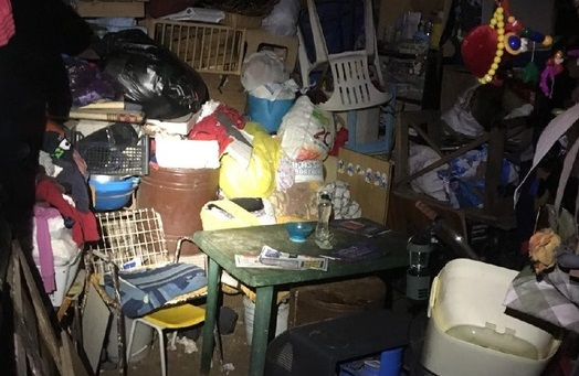 Calabria, abusava sessualmente della compagna rinchiusa in baracca fatiscente: le foto