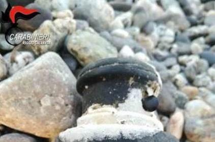 Ordigno bellico della seconda Guerra Mondiale affiorato sulla spiaggia