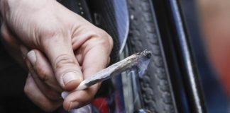 Provoca incidente sull'A2 mentre fuma uno spinello sotto effetto di alcool e cocaina