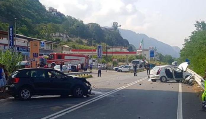 Ennesimo scontro tra auto sulla Ss18: ancora un morto