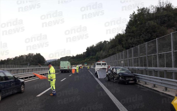 Auto contromano in A2, sei feriti in un violento scontro all'altezza di Lauria