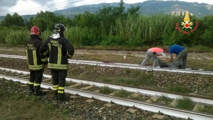 Calabria, incidente ferroviario lungo la linea tirrenica: giovane travolto dal treno