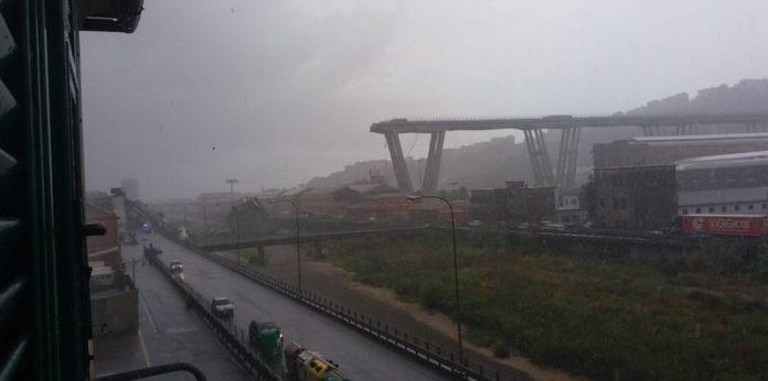 Genova, disastroso crollo del ponte Morandi sull'autostrada A10: forse auto coinvolte
