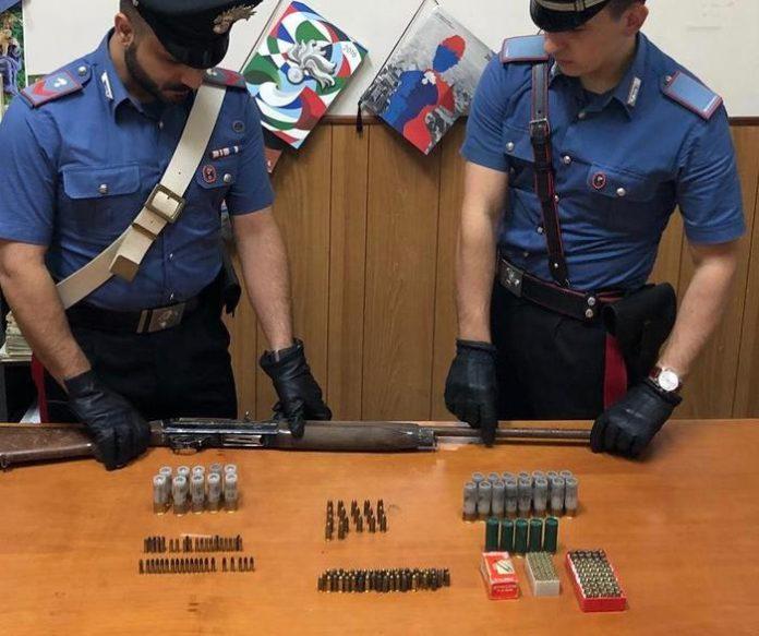 Fucile e munizioni trovate in un capannone: un arresto